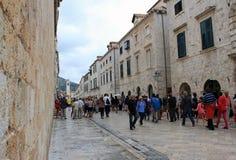 Главная улица в старом городке в Дубровнике Стоковые Фотографии RF