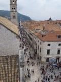 Главная улица городка Дубровника старая с каменной мостоваой Стоковые Изображения