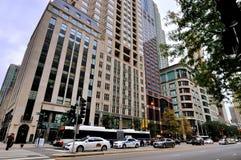 Главная улица и здание Чикаго внутри к центру города Стоковая Фотография