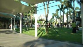 Главная улица Bonifacio преграждает характеристики смешивание высотой с средний к смешивания розницы покупок конца с открытым цен сток-видео
