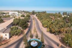 Главное прибрежное шоссе в Гамбии и статуя президента Стоковое Изображение RF