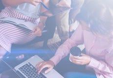 Главные бухгалтеры на процессе работы Молодая бизнес-леди работая на офисе, используя компьтер-книжку и цифровую таблетку горизон Стоковое фото RF