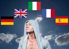 главные флаги языка вокруг человека с шлямбуром 1 предпосылка заволакивает пасмурное небо Стоковые Изображения