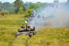Главный боевой танк под украинским флагом стоковое изображение