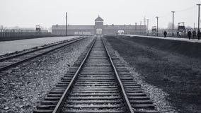 Главный вход и железная дорога к нацистскому концентрационному лагерю Освенцима Birkenau Стоковые Фото