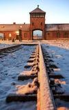 Главный вход к нацистскому концентрационному лагерю Освенцима Birkenau стоковые фотографии rf