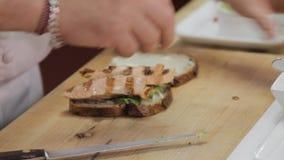 Главный делая сандвич сток-видео