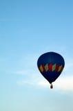 Главным образом голубое горячее летание воздушного шара в небе Стоковое Изображение