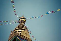 Глаза Будды закрывают вверх с флагами молитве на stupa Bodhnath в Kath Стоковые Фотографии RF