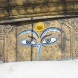 Глаза Будды закрывают вверх с флагами молитве на stupa Bodhnath в Kath Стоковое фото RF