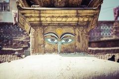 Глаза Будды закрывают вверх с флагами молитве на stupa Bodhnath в Kath Стоковые Изображения