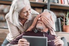 Глаза заволакивания женщины старшего человека с таблеткой Стоковое Фото