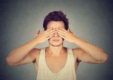 Глаза заволакивания человека с cant рук видят, прячущ Стоковые Изображения RF