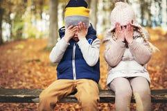 2 глаза закрытых маленькими ребеятами с руками Стоковые Фото