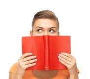 Глаза и руки женщины держа Красную книгу Стоковая Фотография RF