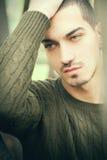 Глаза красивого человека зеленые и короткие волосы стоковая фотография rf