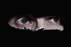 глаза укомплектовывают личным составом страшный шпионить Стоковые Изображения