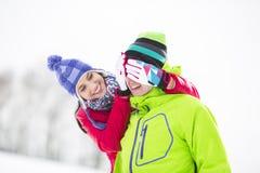 Глаза усмехаясь человека заволакивания молодой женщины в зиме Стоковая Фотография RF