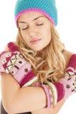 Глаза mittens шляпы женщины закрыли серьезное Стоковое фото RF