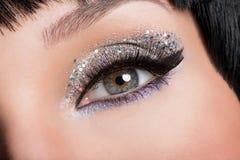 Глаз женщины с составом моды стоковые фото