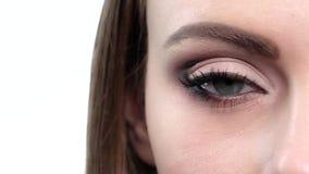 Глаз женщины с ярким составом конец вверх движение медленное видеоматериал