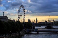 Глаз Лондона и большое Бен на заходе солнца стоковая фотография rf