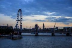 Глаз Лондона и большое Бен после захода солнца стоковые фото