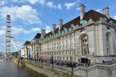 Глаз Лондона и графство Hall Лондона в Лондоне Великобритании стоковые изображения rf