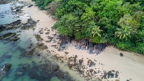 Глаз птицы взгляд сверху пляжа песка моря - Khao Lak Таиланда Стоковое Изображение