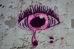 Глаз розовых граффити печальный на стене Стоковая Фотография RF