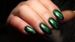 Глаз ` s кота зеленого цвета дизайна ногтя маникюра с неимоверным пирофакелом Стоковые Изображения