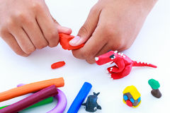 Глина моделирования прессформы ребенка, на белой предпосылке Усильте Стоковое Изображение