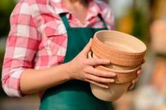 2 глиняного горшка, который держит конец-вверх садовника Стоковая Фотография