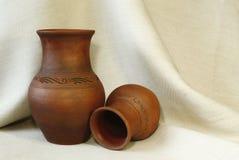 2 глиняного горшка на предпосылке linen ткани с pleats закрывают вверх стоковые изображения rf