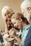 Глиняный горшок и деды картины девушки помогая на мастерской стоковые фотографии rf