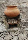 Глиняный горшок и старая плита Стоковые Изображения
