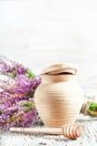 Глиняный горшок, ковш и вереск Стоковые Фото