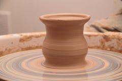Глиняный горшок на колесе гончарни Стоковая Фотография RF