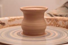 Глиняный горшок на колесе гончарни Стоковое Фото