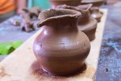 Глиняный горшок на стойке Стоковые Фотографии RF