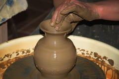 Глиняный горшок сделал руки персоны Стоковая Фотография
