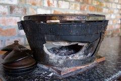 Глиняный горшок с углем для варить Традиционный Вьетнам Кухня Дом Стоковое Изображение RF