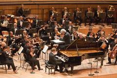 Г-Н симфоничный оркестр выполняет стоковое изображение rf