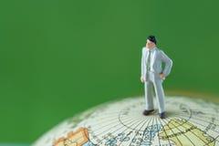 Глобальная зеленая концепция окружающей среды как миниатюрное standi бизнесмена Стоковые Изображения