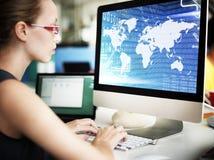 Глобальная концепция программного обеспечения технологии чисел бинарного кода Стоковая Фотография