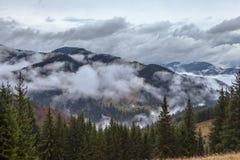 глобальное потепление большие горы горы ландшафта Облака и туман Стоковое Изображение RF