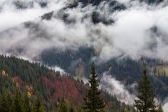 глобальное потепление большие горы горы ландшафта Облака и туман Стоковая Фотография