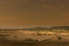 Глобальное потепление, умерло и треснутая почва в засушливом сезоне, взгляде  Стоковое Фото