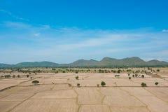 Глобальное потепление, умерло и треснутая почва в засушливом сезоне, взгляде  Стоковые Изображения RF