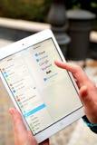 Глобальные электронные почтовые системы на цифровой таблетке стоковое изображение rf